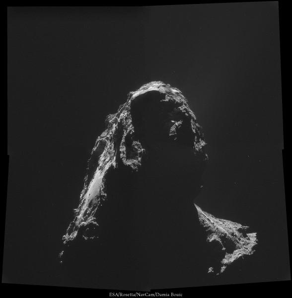 2 Novembre 2014 - Saisissante image à contre-jour. On peut voir une faible émission de gaz et de poussières vers le haut-droit de l'image.