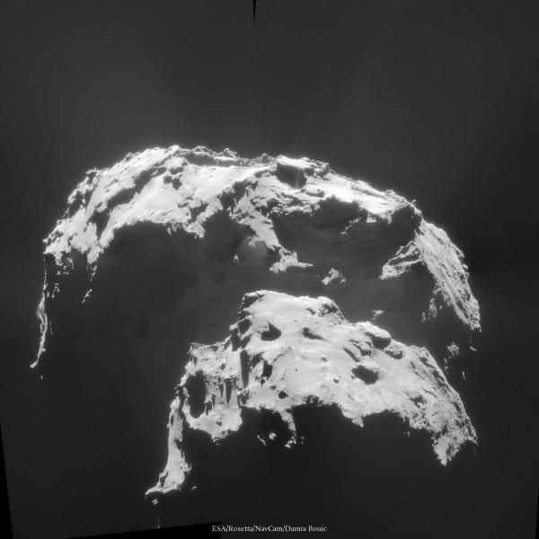 """Vue en contre-plongée de Churyumov-Gerasimenko, qui montre de délicieux détails dans la zone ombragée du """"cou"""". Notez un jet de matière très intense à environ 13h sur la comète."""
