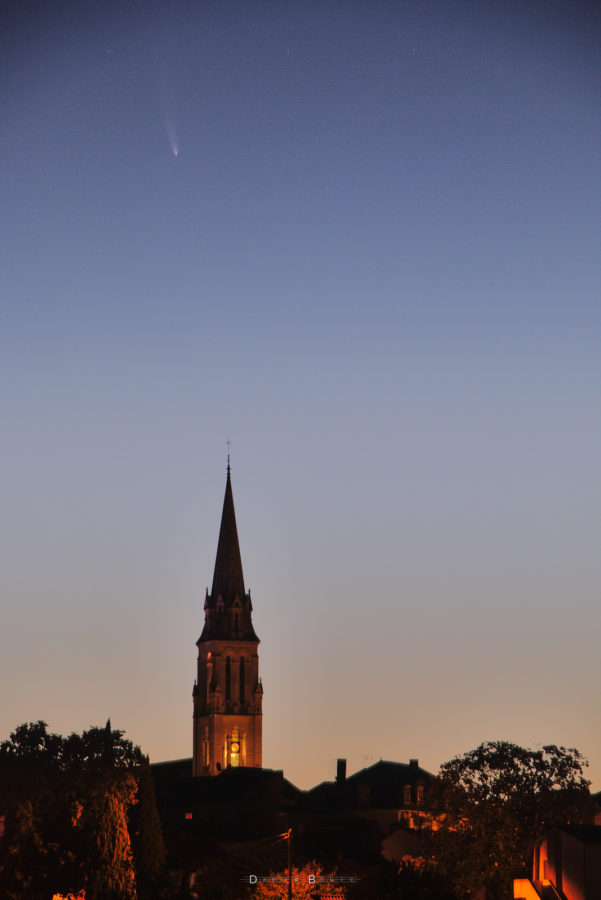 Cocher d'église bien vertical montrant la comète située en haut de l'image