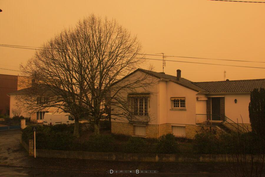 Une autre maison, sous un ciel orange fluo