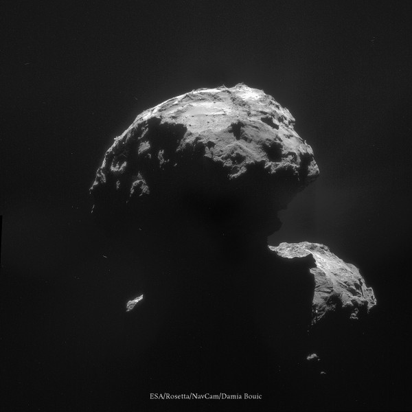 """20 Novembre 2014 - Dans l'ombre de la comète. Celle-ci commence à être baignée de poussières qui sont expulsées de sa surface, notamment de la région du """"cou"""". On voit l'ombre du noyau se projeter dans cet embryon de chevelure. A mesure que l'on se rapprochera du Soleil, celle-ci sera de plus en plus dense."""