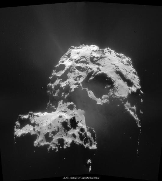 30 Novembre 2014 - La comète vue depuis l'orbite de 30km. Même éclairée de face, les jets sont bien visibles. Qu'est-ce que cela va être lors du périhélie !