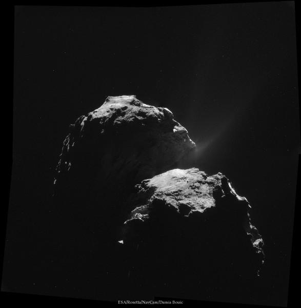 4 Novembre 2014 - La sonde s'éloigne de la comète et obtiens un cliché global, à contrejour. Cette image est superbe car montrant les jets de gaz éjectés par la comète.