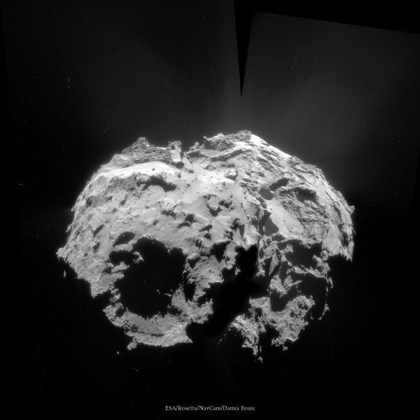 2 Décembre 2014 - Vue de dessous de la comète, avec un grand cratère visible sur un des lobes. Quelques jets sont également visibles.
