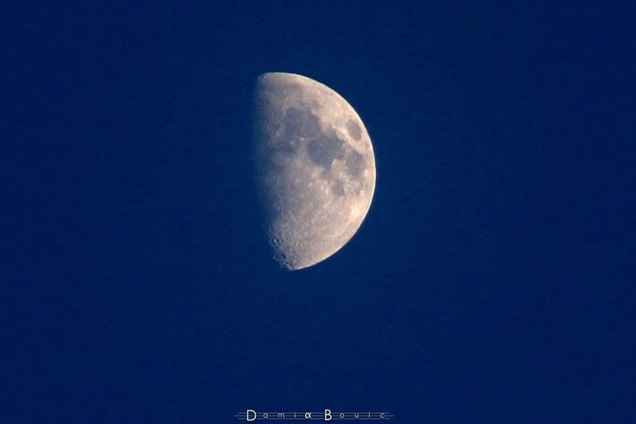 Zoom sur la Lune avec le 18-200 mm. Cette image est un recadrage à 100%, dont les détails ont été réhaussés sous Gimp (ondelettes). Photo prise à MAIN LEVÉE !