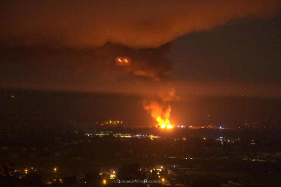 Flammes d'un incendie visible sur le lointain