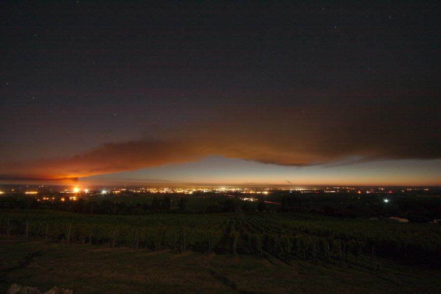 Vue large sur la vallée de la Dordogne, panache de fumée qui la surplombe