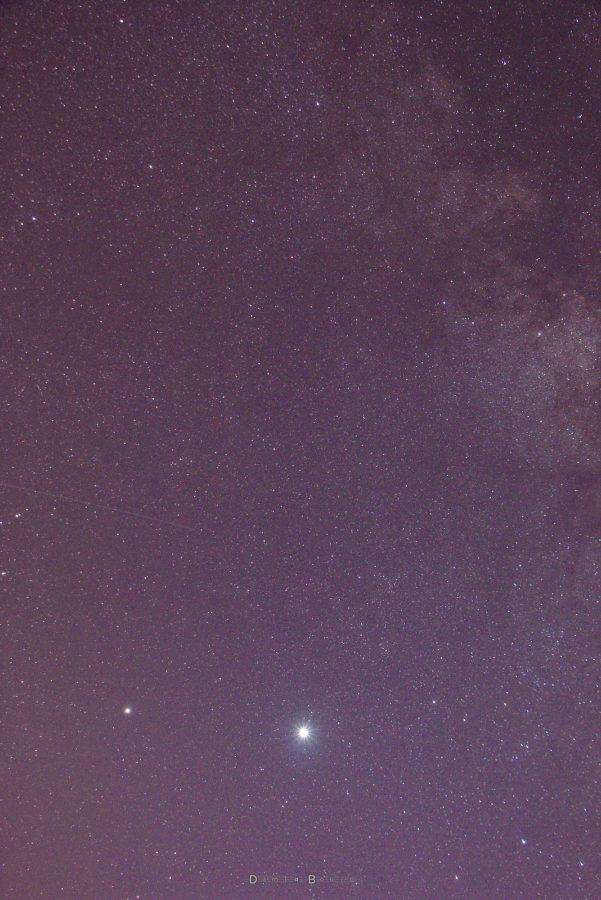 Morceau de Voie Lactée en haut à gauche, étoiles partout, et deux points très lumineux en bas vers la gauche. Il s'agit de Saturne et Jupiter, cette dernière étant plus éclante.