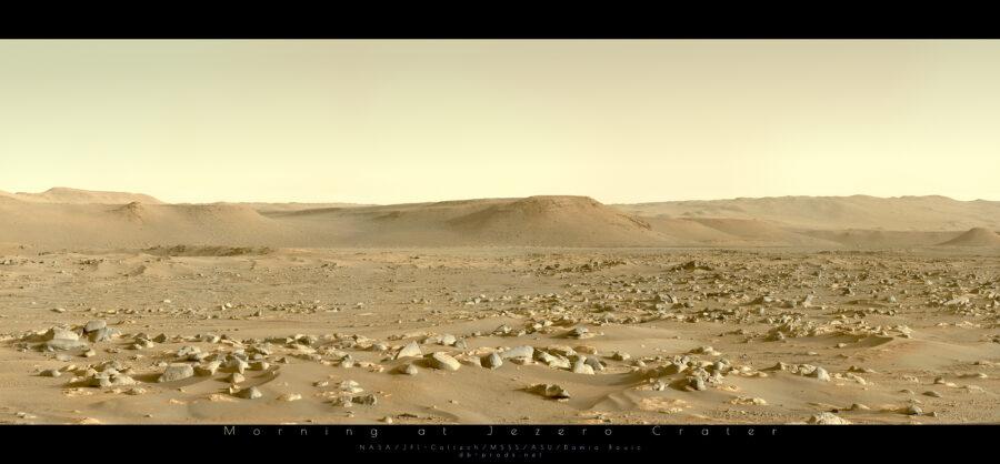 Paysage martien. C'est le matin, l'éclairage solaire rasant met en avant la richesse géologique du site, avec de nombreuses roches, la plupart assez arrondies et lisses, d'autres plus saillantes. Des petites dunes de sables semblent relier plusieurs îlots rocheux, notamment à gauche. Au fond, l'horizon est constitué de collines aux sommets plats, qui ondulent légèrement.