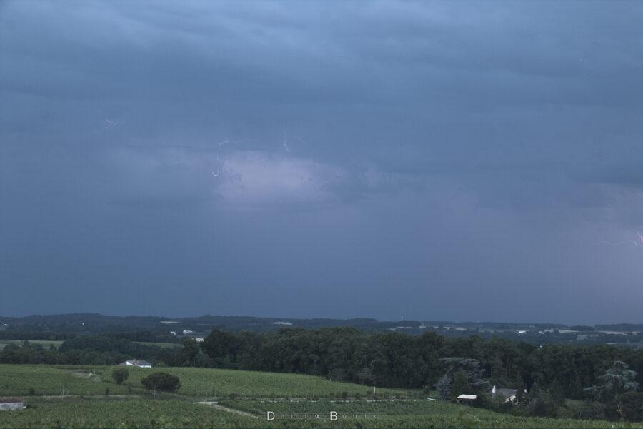 Quelques bouts d'arcs électriques sont visibles sur ce ciel qui est assez uniforme et sombre