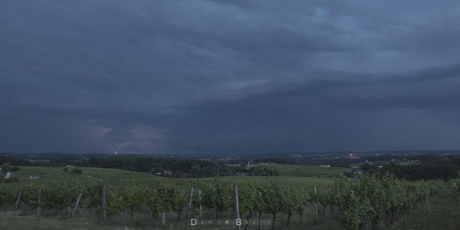 L'ambiance s'assombrit, de l'activité électrique se révèle. La pluie est visible au loin sous la forme d'un voile gris sombre.