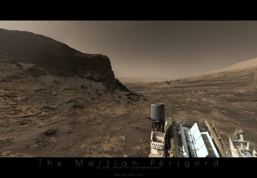 Une vue martienne depuis l'intérieur d'un vallon, avec de hautes falaises à gauche et une série de collines et une montagne à droite. Au loin, la plaine martienne.